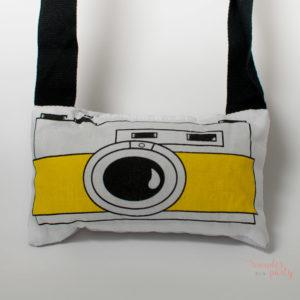 cojin camara de fotos amarilla para colgar