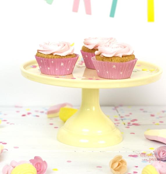 Stand para pastel o cupcakes amarillo. Con esta base, soporte, para pasteles, tartas o cupckes tus decos se verán geniales, y podrás jugar con las alturas de la mesa. Wonder party bcn Pineda de mar