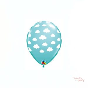 Globo azul turquesa con nubes blancas