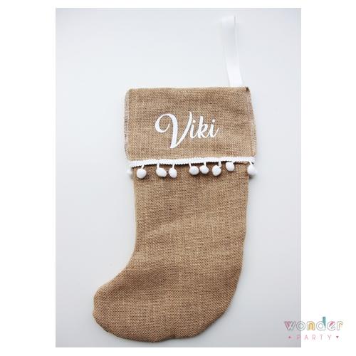 El calcetín navideño personalizado con nombre es ideal para colgar en el árbol, en la chimenea o de la pared, con los nombres de cada uno de los integrantes de la familia.